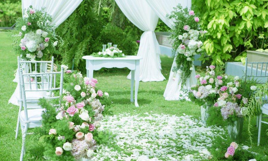 春のガーデンウエディングで花嫁がホワイトドレスを着るなら・・・