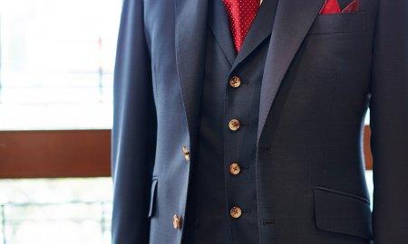 1着はソリッドなネイビー三つ揃えを。
