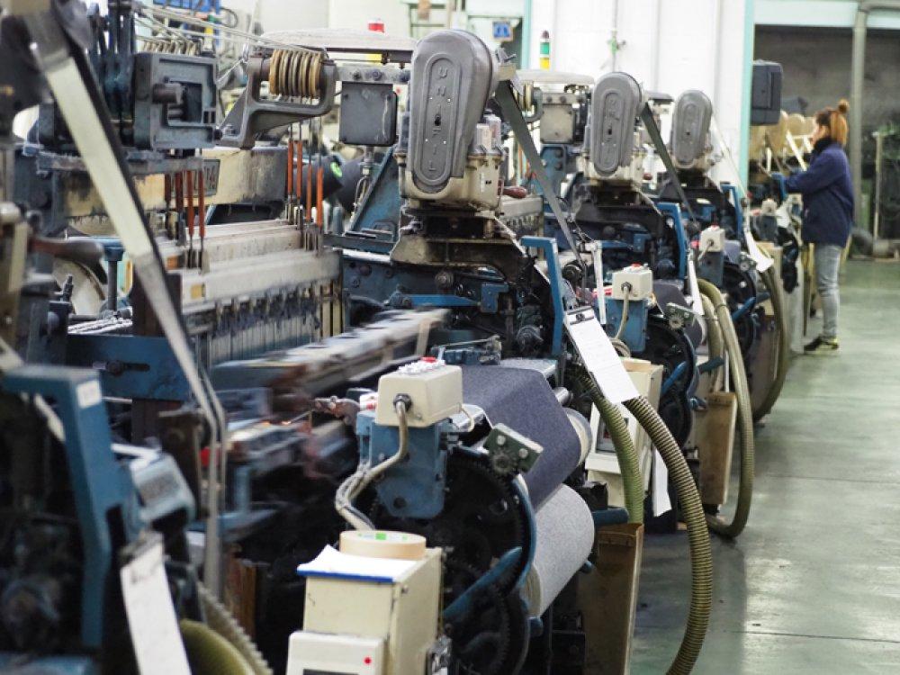 旧力織機ションヘルで織り上げる。