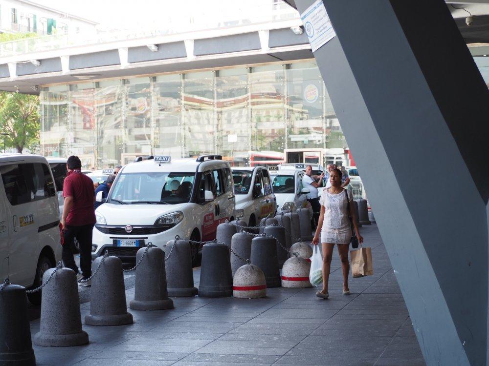 タクシーでCaserta (カゼルタ)方面へ。